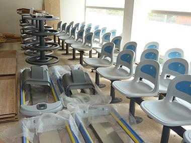 Brunswick-Bowling - Stühle, Tische und Ballrückläufe vor dem Einbau