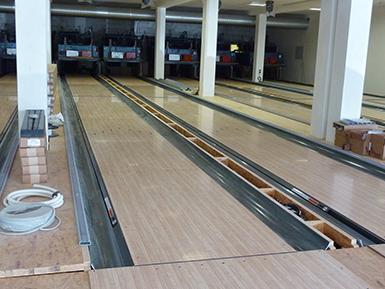Bowlingbahn mit Laminat-oberfäche und Kabeln und Technik.