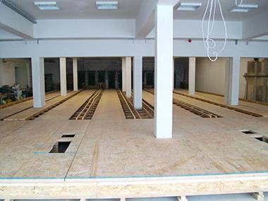 Holzunterbau der Bowlingbahn aus Richtung des Gastbereichs