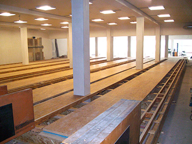 Holzunterbau der Bowlingbahn aus Richtung der Maschinen