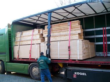 LKW-Hänger mit Holzlieferung für den Unterbau