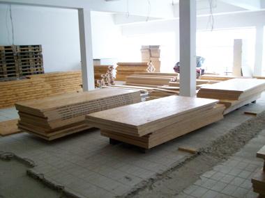 Holz für den Unterbau auf dem ehemaligen Schwimmbadboden